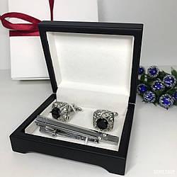 """Чоловічий набір запонки та затискачі для краватки """"Рубін"""" Premium, сріблястий в коробочці з білим оксамитом."""