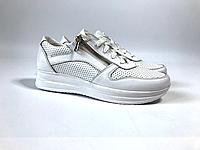 Женские  белые туфли из перфорированной кожи  с замочком на низком ходу кожаные
