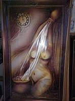 Картина из кожи с часами женский торс