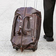 Кожаная сумка на колесах