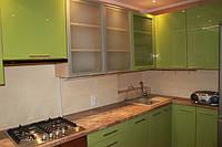Кухня с глянцевыми и алюминиевыми фасадами МДФ