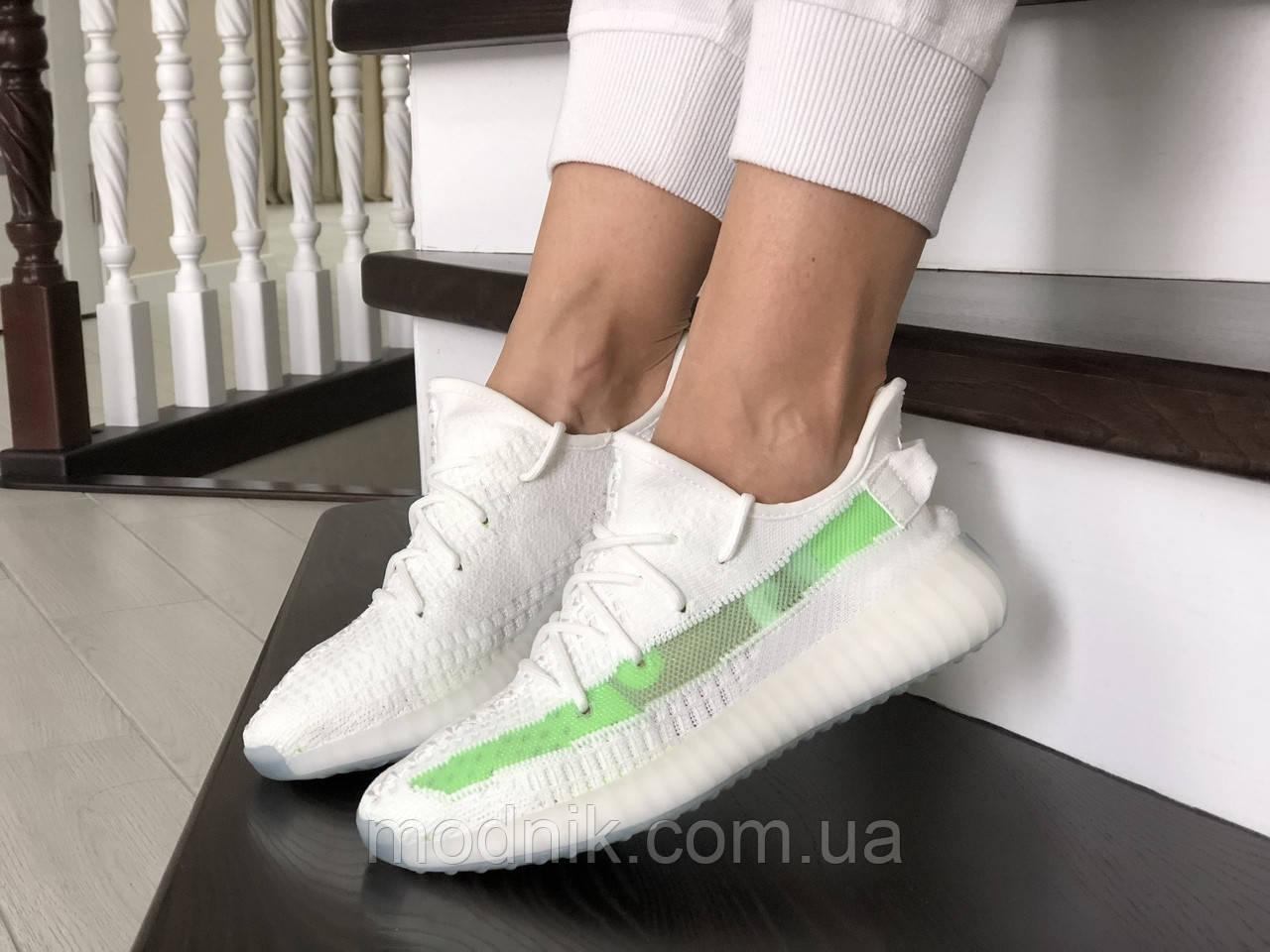 Женские кроссовки Adidas x Yeezy Boost (бело-зеленые)