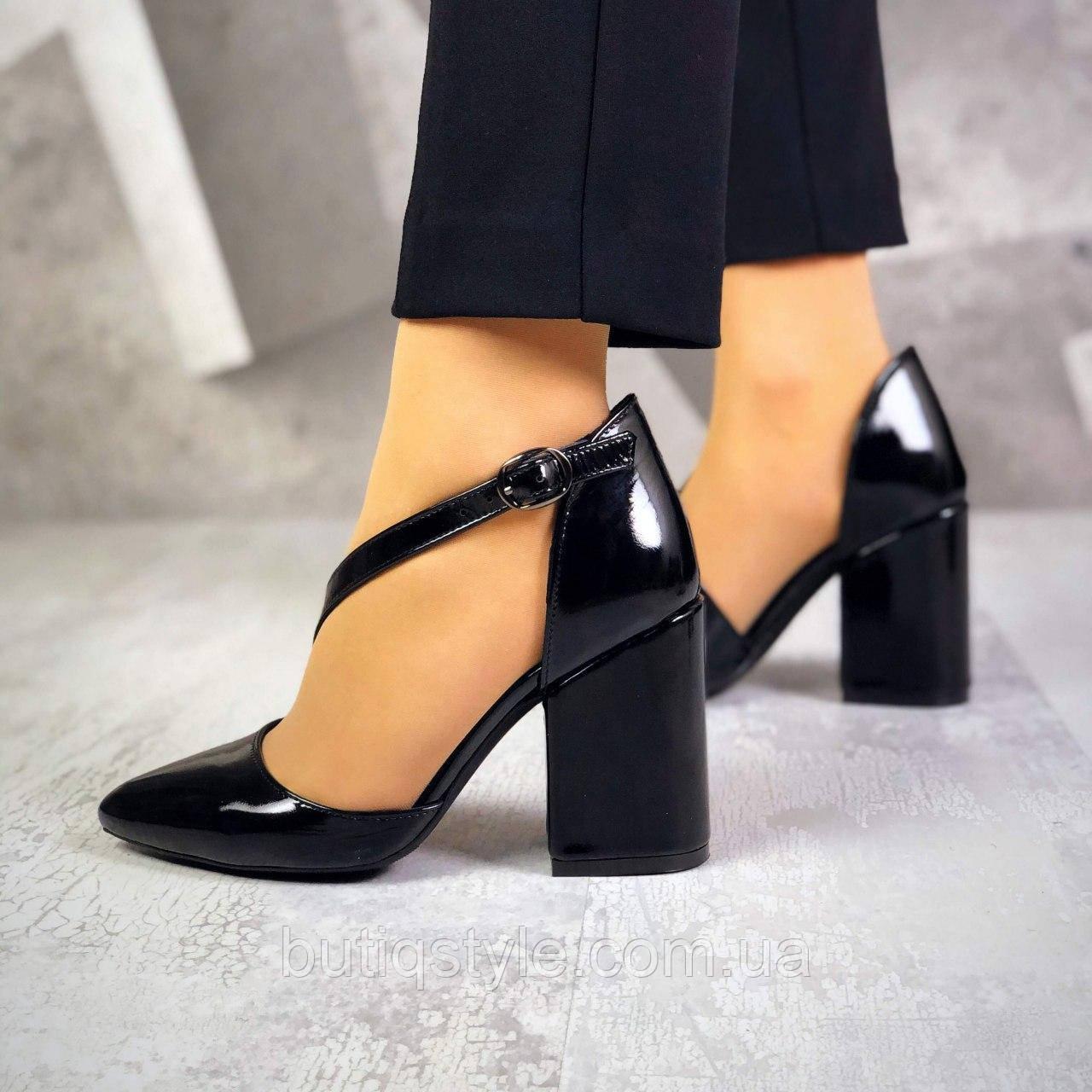 Черные женские туфли на каблучке с ремешком натуральный лак
