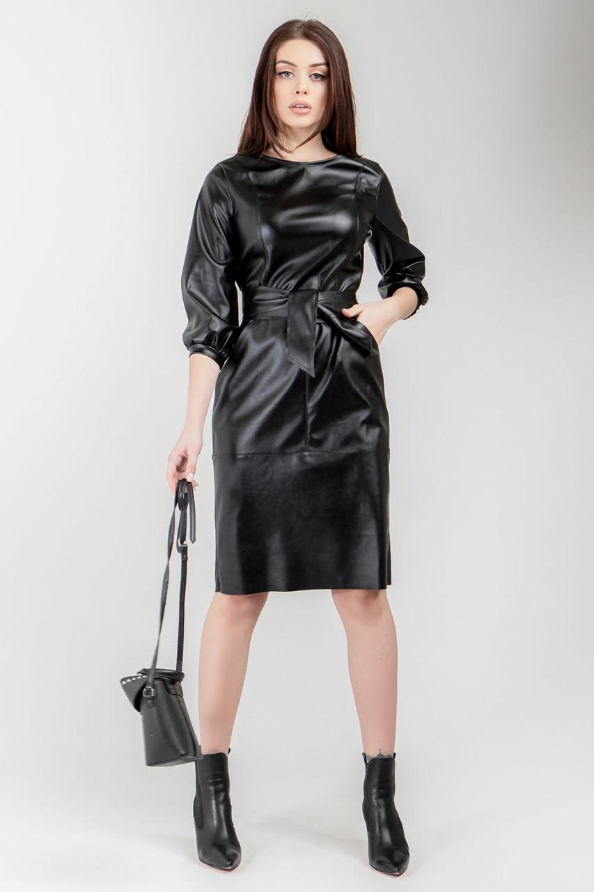 Элегантное полуприлегающее платье длиной чуть ниже колена из пластичной экокожи.Разные цвета