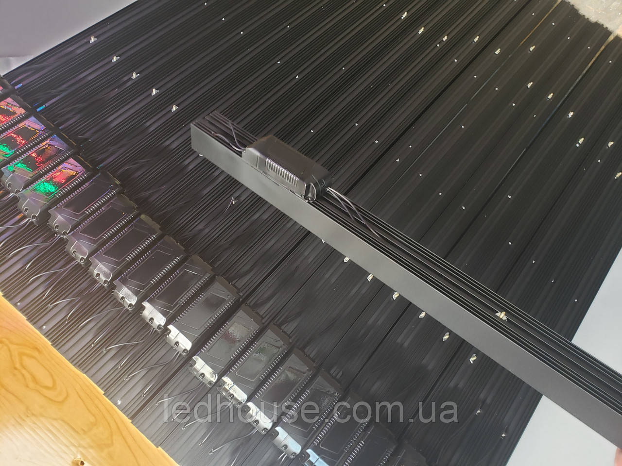 Линейный подвесной LED светильник 3600lm 1200 мм. 36 W. С тросами 1-1,5метра Черный