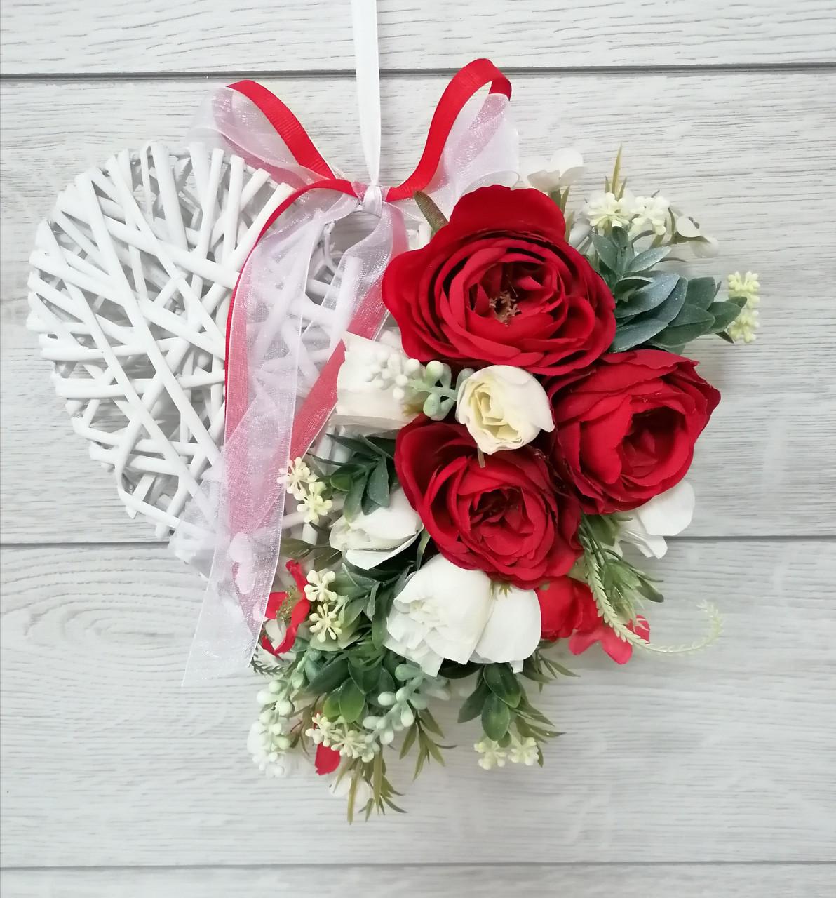 Композиция из искусственных цветов Волинські візерунки сердце красное