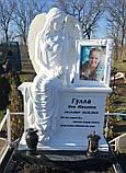 Статуи ангелов на кладбище. Скульптура Скорбящий ангел сидящий на тумбе из литьевого камня, фото 9