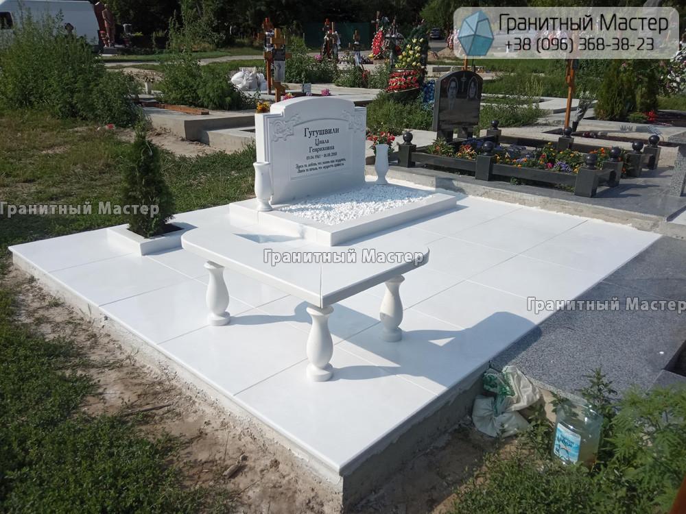 Памятник женщине из белого мрамора в Киеве. Фото с Совского кладбища