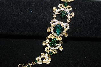 Изумительный золотистый браслет с зелеными камнями