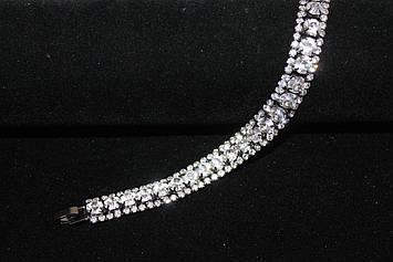 Привлекательный серебристый браслет с камнями горный хрусталь