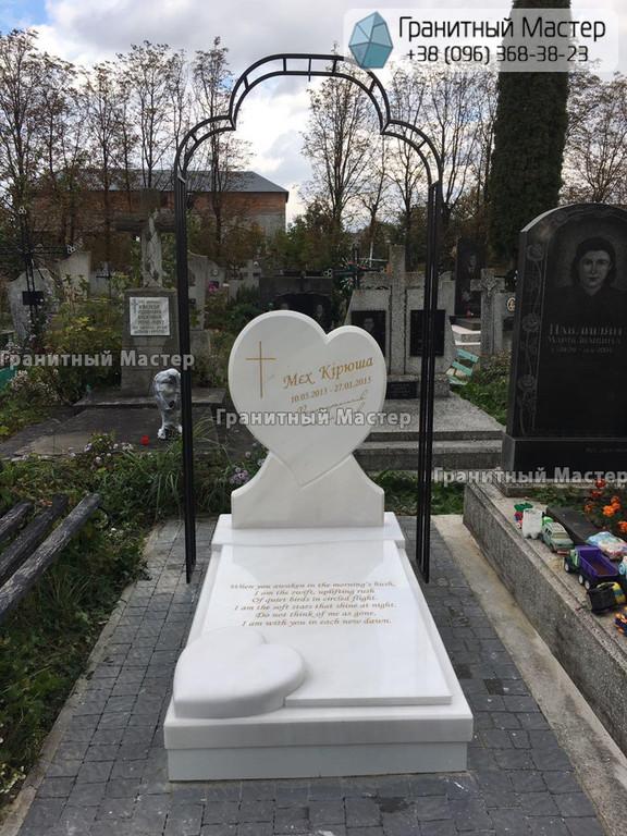 Детский памятник из мрамора в форме сердца