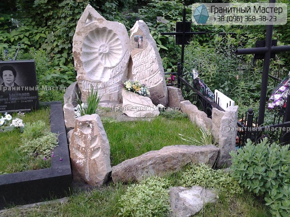 Необычный памятник из песчаника. Киев, Байковое кладбище