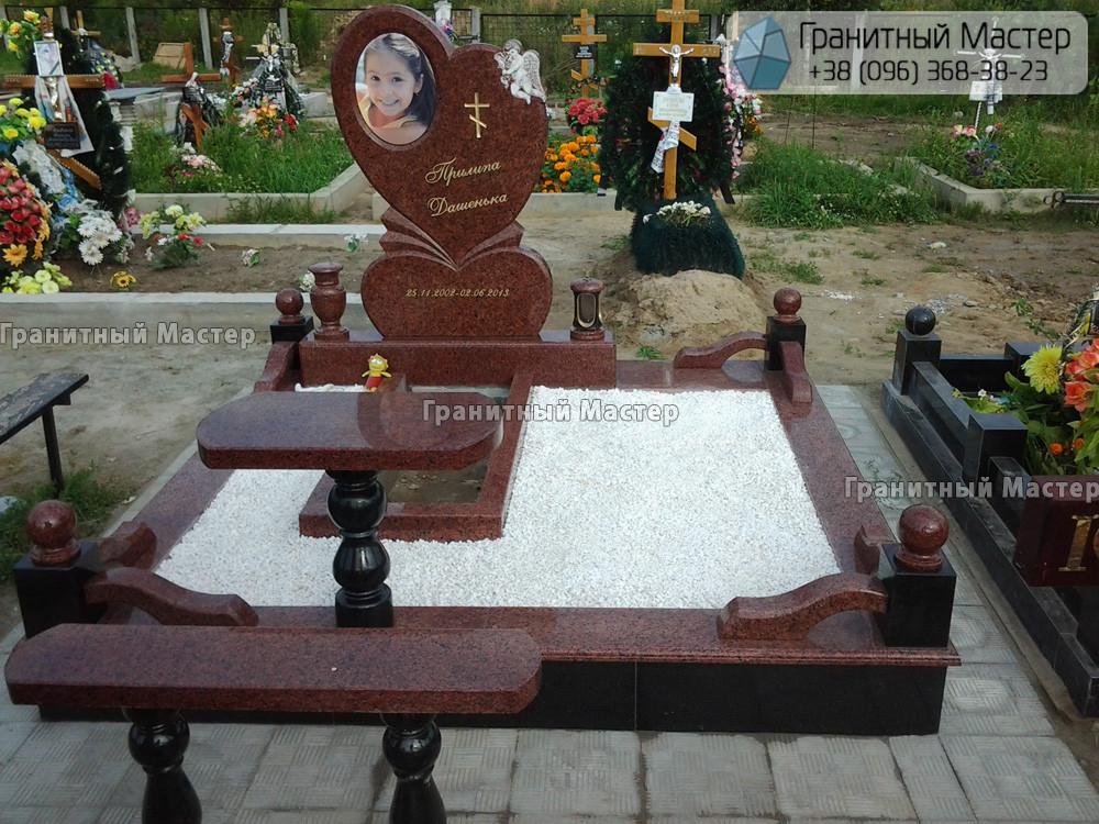 Детский памятник из гранита в форме сердца. Киев, Лесное кладбище