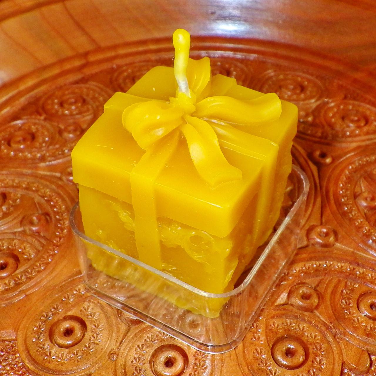 """Восковая чайная свеча """"Коробка с подарками"""" в пластиковом прозрачном контейнере; натурального пчелиный воск"""