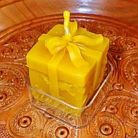 """Восковая чайная свеча """"Коробка с подарками"""" в пластиковом прозрачном контейнере; натуральный пчелиный воск"""
