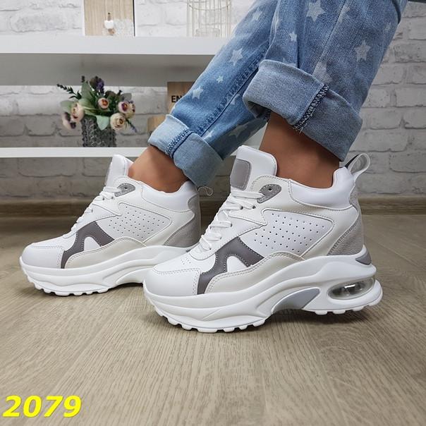 Модные кроссовки сникерсы женские на скрытой танкетке и платформе  белые c серым