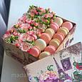 Розы в коробке с макарунами, фото 3