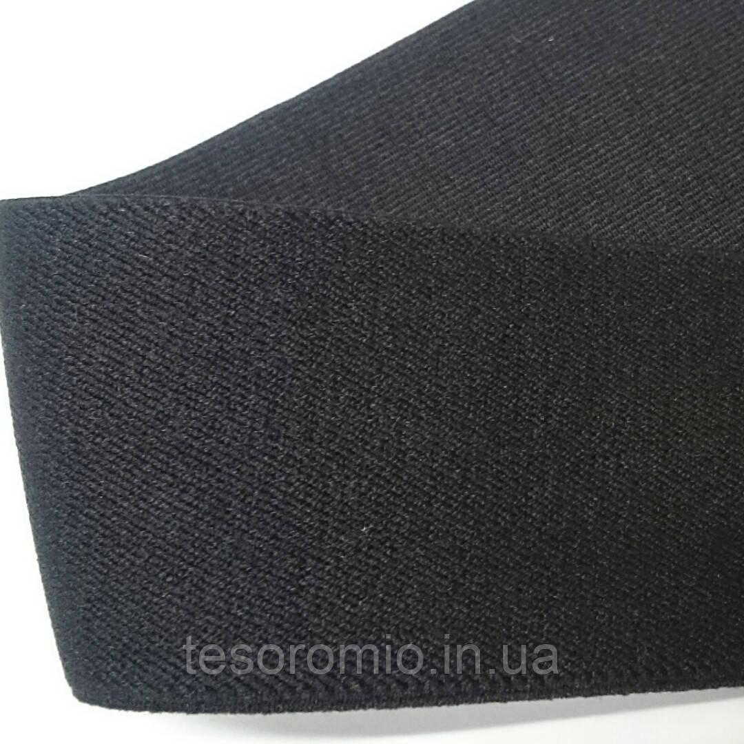 Резинка для одежды, мягкая по фактуре и очень упругая, тугая на растяжение, 43 мм ширина. Цвет черный.