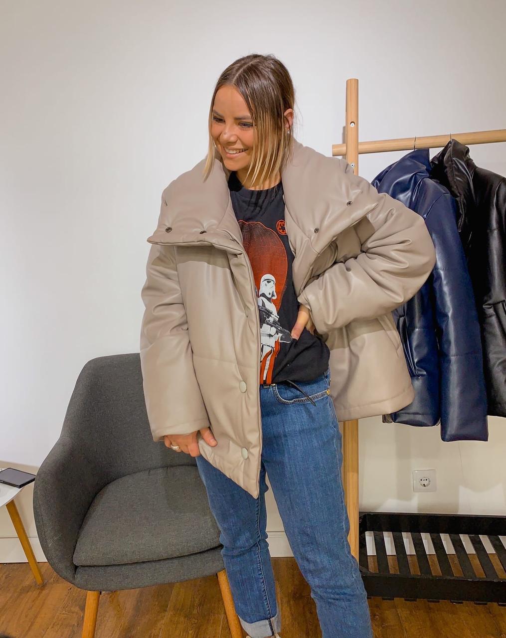 Кожаная женская теплая куртка свободная на кнопках с воротником - стойкой 301250