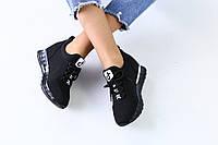 Женские кроссовки на скрытой танкетке черные