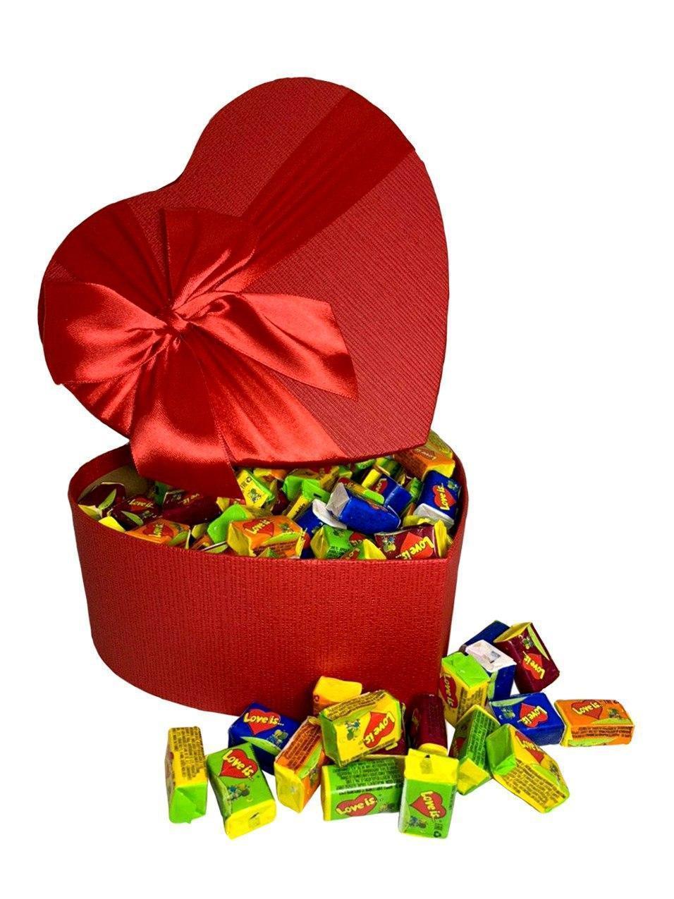 Купить Жевательная жвачка Love is, жвачки лове ис ассорти в подарочной упаковке 150 шт красная