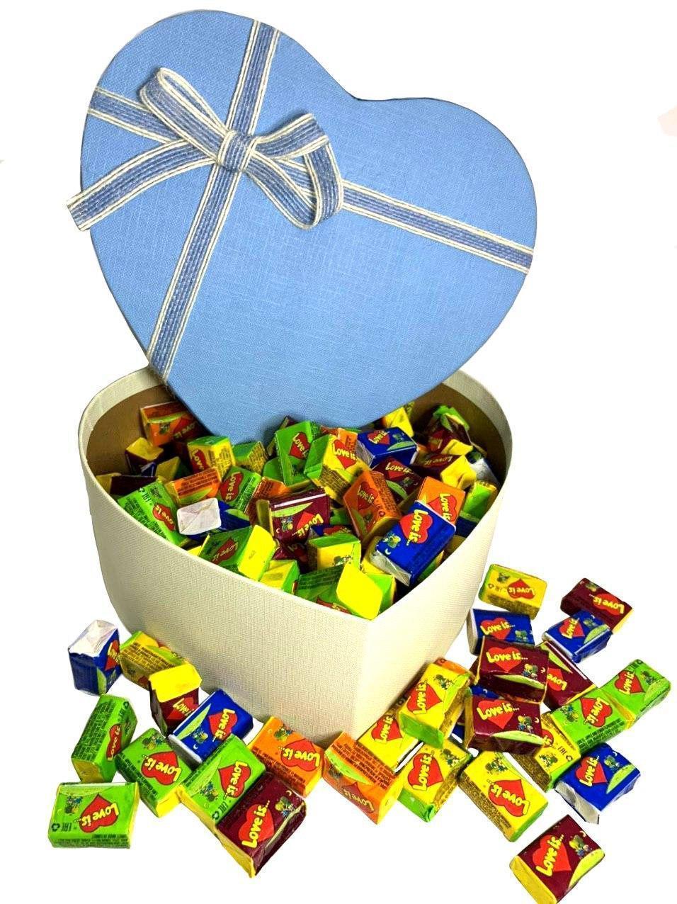 Купить Жевательная жвачка Love is, жвачки лове ис ассорти в подарочной упаковке 150 шт голубая