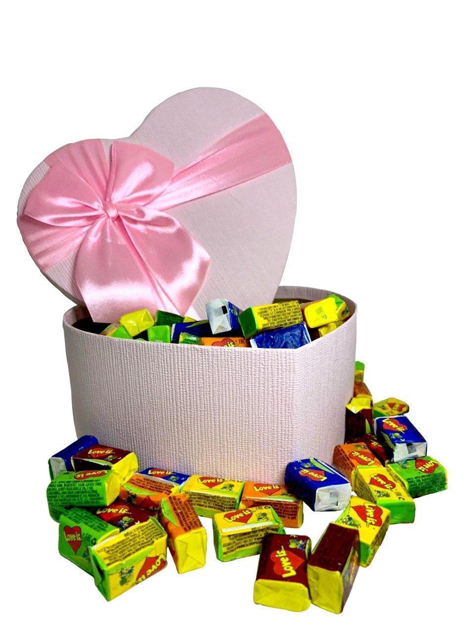 Купить Жевательная жвачка Love is, жвачки лове ис ассорти в подарочной упаковке 150 шт розовая коробочка
