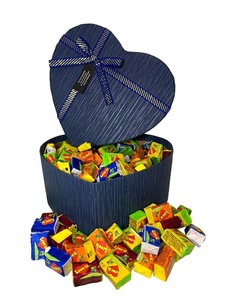 Купить Жевательная жвачка Love is, жвачки лове ис ассорти в подарочной упаковке 150 шт синяя