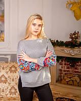 Стильный женский свитшот украшен вышивкой