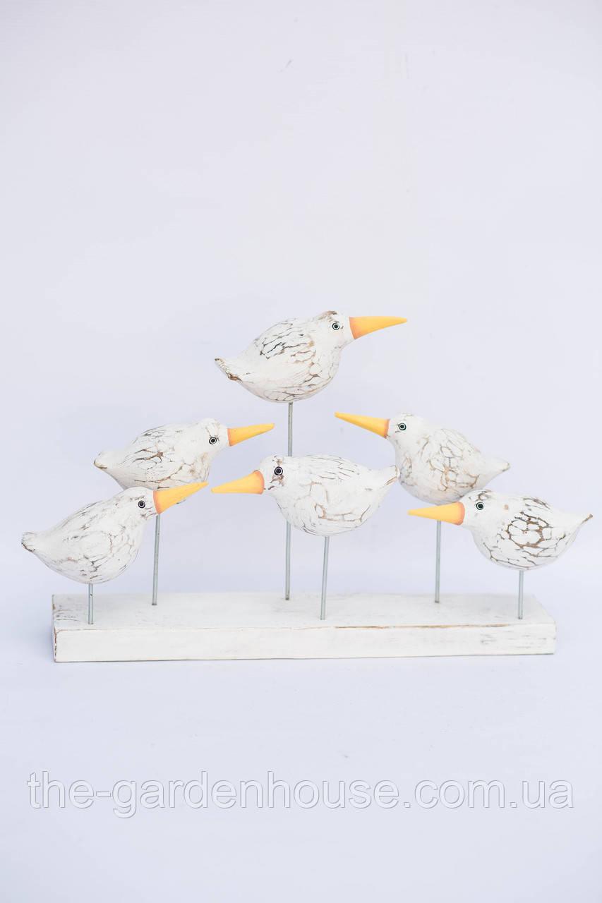 Шесть белых птичек на подставке