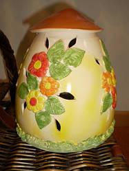 """Керамический настольный светильник """"Грибной дом"""" желтоватого цвета с желто-оранжевыми цветами"""