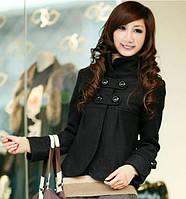 Короткое женское пальто черного цвета с воротником-стоечкой и планками на груди