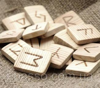 9160245 Набор деревянных рун для гадания с аннотацией Сосна