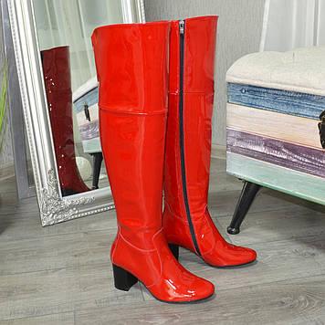 Красные лаковые зимние ботфорты на каблуке. 37 размер