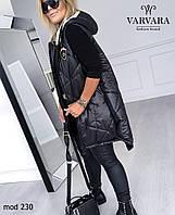 Женская стильная удлинённая жилетка на синтепоне с карманами и капюшоном
