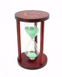 Песочные часы 15 минут на круглой деревянной подставке зеленый песок