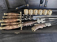 """Элитный подарочный набор """"Настоящему мужчине"""" (шампура, вилка, нож, чарки) в кейсе из бука."""
