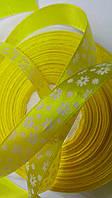 Желтая атласная лента в цветочек 15 мм