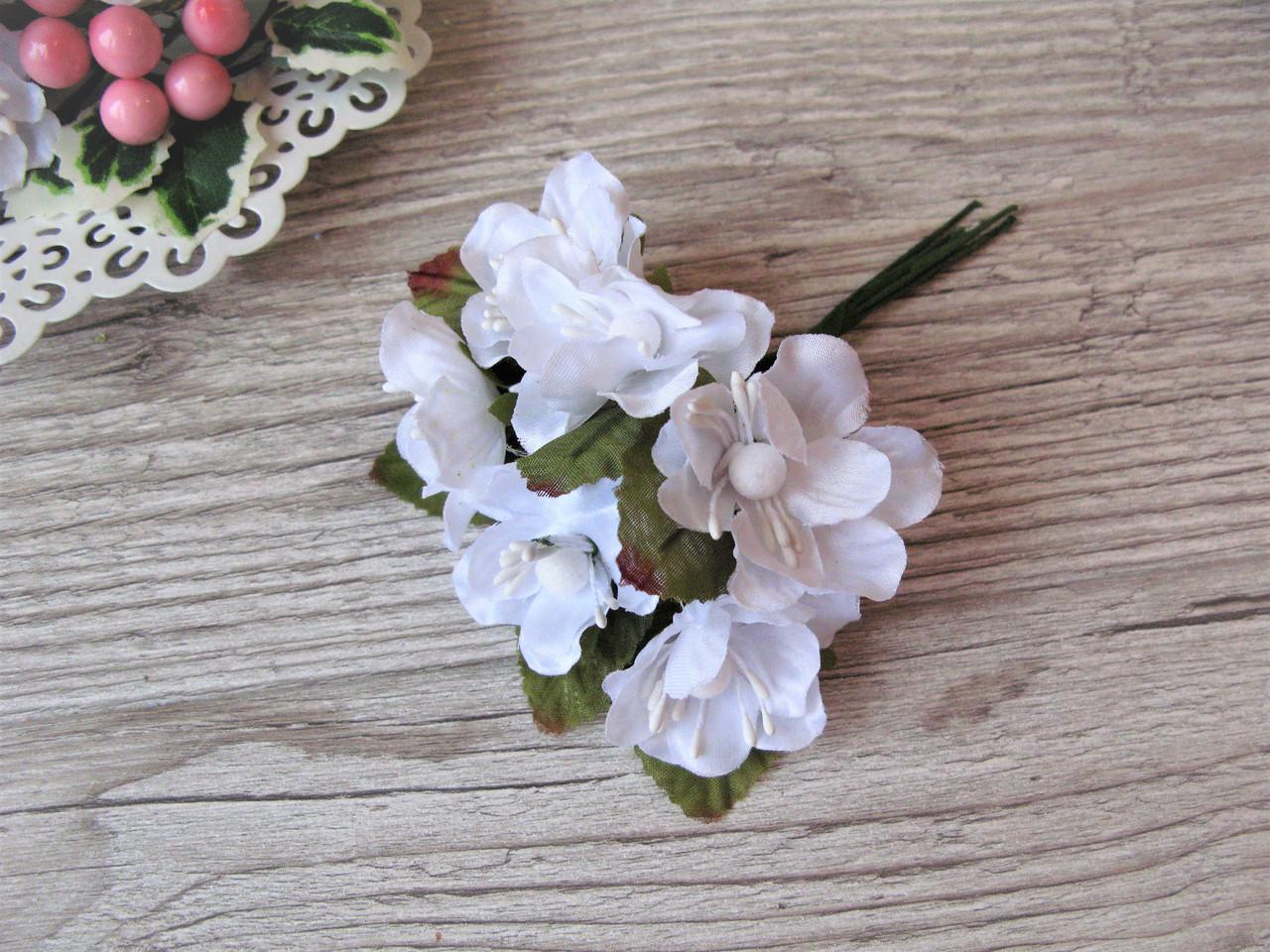 Цветы вишни (яблони) с листиками цвет белый.