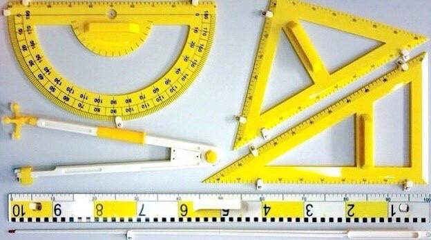 Набір класного інструменту на панелі з демонстраційною лінійкою