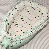 """Кокон гнездышко для новорожденных Сладкий Сон """"Звездочки"""" Зеленый/белый с помпонами"""