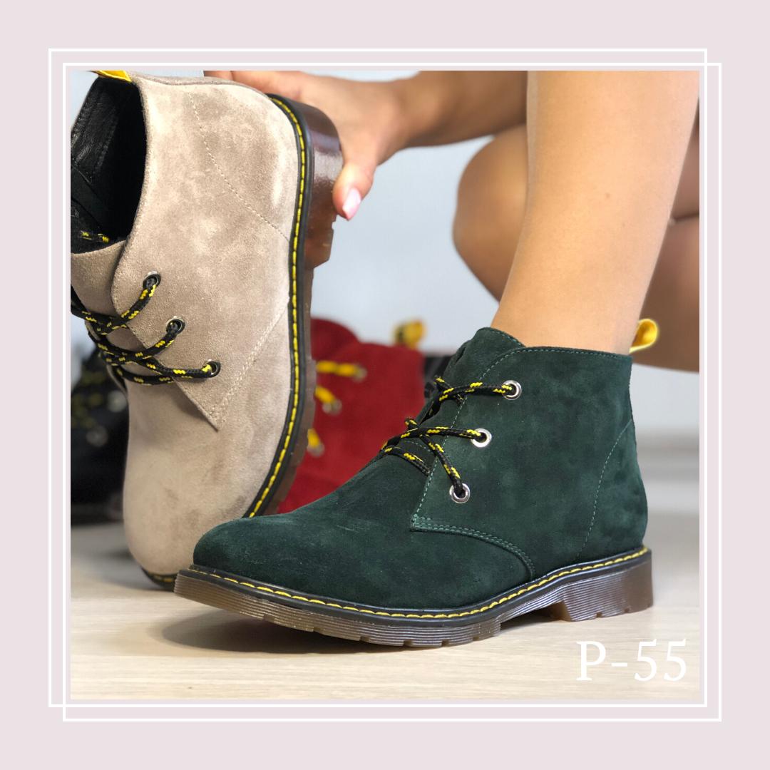 Женские демисезонные ботинки на плоской подошве и с цветными шнурками, зеленая замша