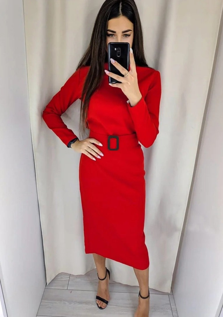 Жіноче однотонне плаття довжини міді з поясом