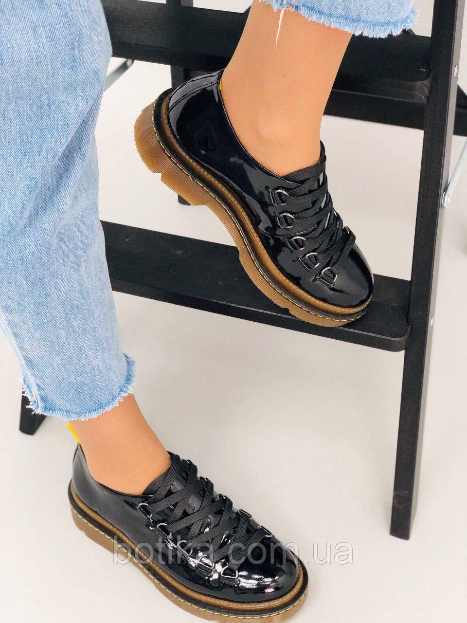 Тренд сезона! Черные лаковые женские туфли на толстой подошве