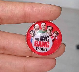 Значок красный с героями Теория Большого взрыва / The Big Bang Theory