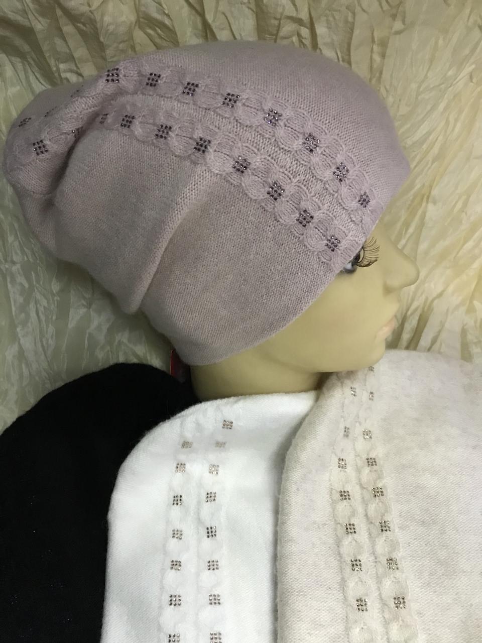 Жіноча шапочка з ангори оздоблена дрібними каменями біла пудра
