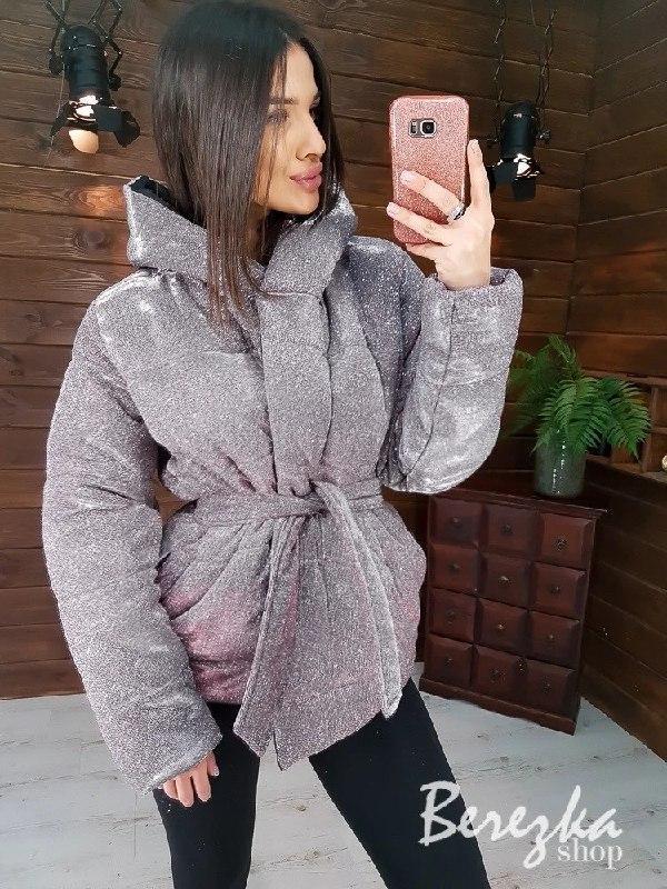 Короткая блестящая куртка хамелеон из люрекса с капюшоном  vN6766