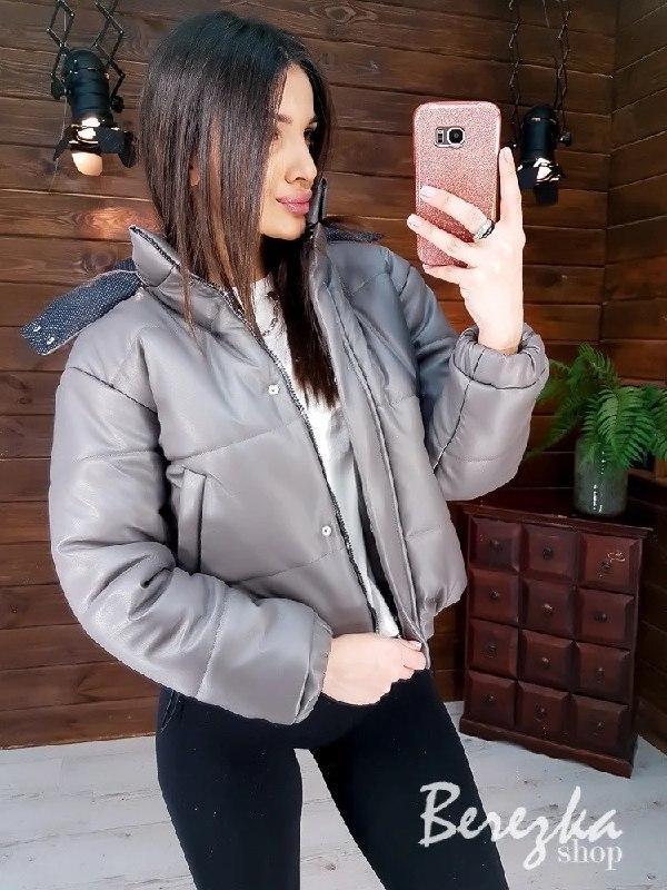 Демисезонная кожаная короткая куртка бомбер с капюшоном vN6769