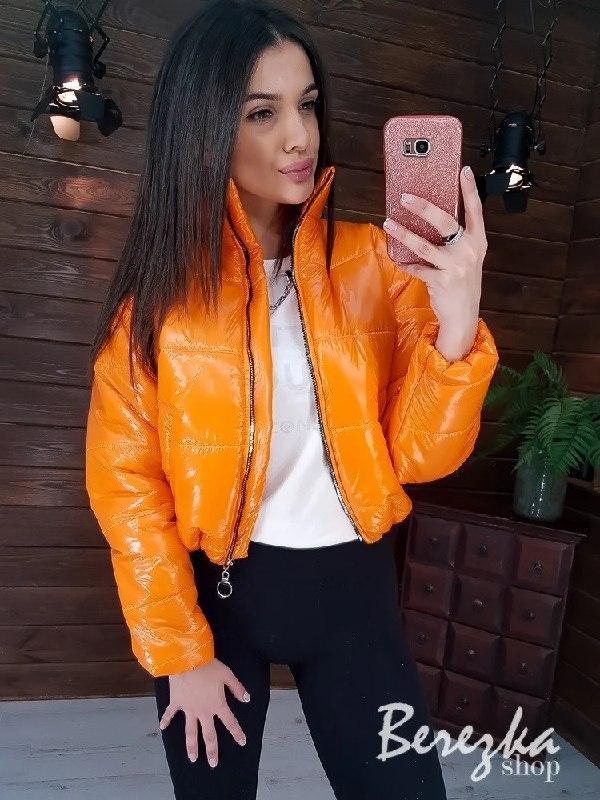 Короткая лаковая куртка бомбер на весну vN6771
