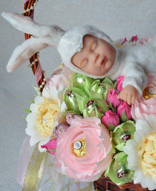 Букеты из конфет с игрушкой младенцем Анны Геддес